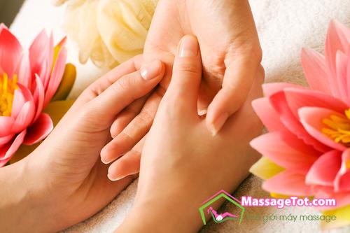 Massage tay chữa chứng mất ngủ
